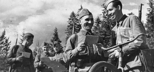 Советские солдаты читают газеты на фронте