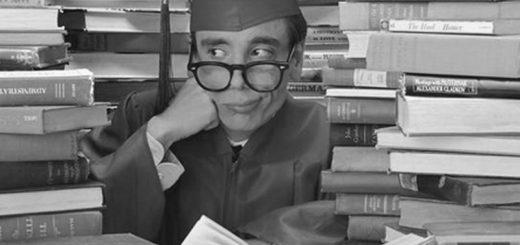 Творческий конкурс в вузе, эрудит на фоне книг
