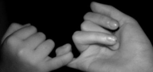 Дружба, две сплетенные руки, черно-белая