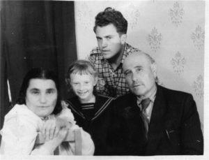 Евгения Гинзбург с мужем и детьми