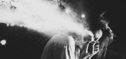 Отчаяние, черно-белая картинка, женщина рыдает