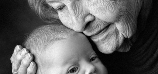 бабушка обнимает младенца