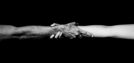 Чувства, две руки, мужская и женская, черно-белая картинка, отношения