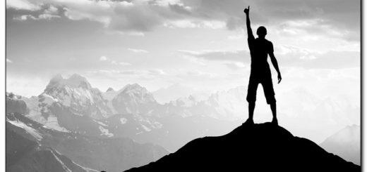 Победитель на вершине горы, черно-белая картинка