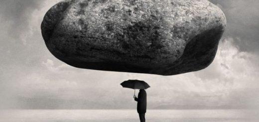 Спокойствие, черно-белая картинка, человек под зонтом и камнем