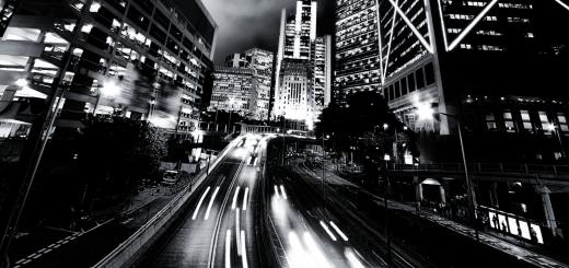 Современный город в движении, черно-белая картинка