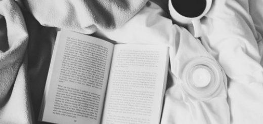 Книга на простыне, кофе, черно-белая гамма