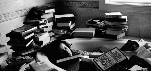 Черно-белая картинка, девушка, заваленная книгами, в ванной