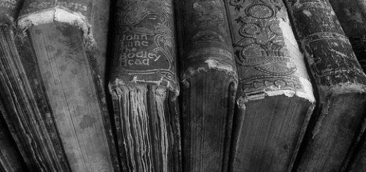Черно-белые книги в ряд, старые