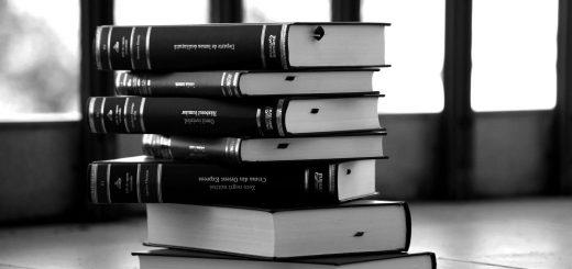 Черно-белая картинка с книгами