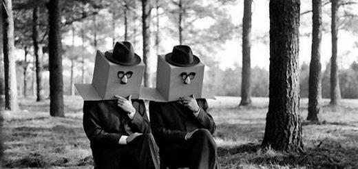 Двое мужчин с коробками вместо голов, сюрреализм, черно-белая картинка