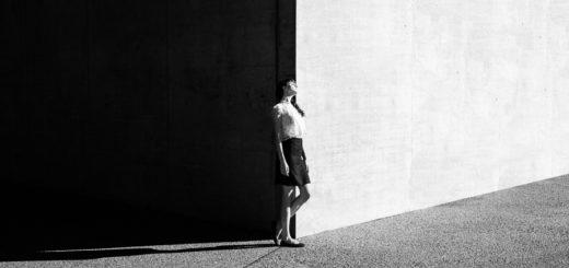 Девушка между черным и белым, мечта, черно-белое фото