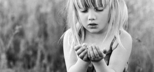 Девочка в поле кого-то поймала, черно-белое фото