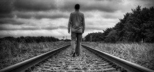 человек На рельсах, черно-белая фотогрфия