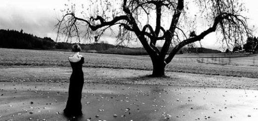 черно-белая картинка, женщина на фоне дерева, грусть и опустошенность