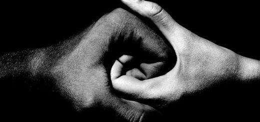 Разум и чувство: мужская и женская руки, сплетенные воедино, черно-белая картинка