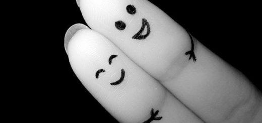 Два улыбающихся пальчика, черно-белая фотография