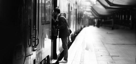 Двое целуются на подножке поезда, черно-белое фото