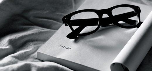 раскрытая Книга и очки, черно-белая картинка