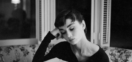 женщина с книгой, черно-белая картинка