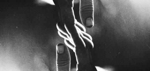 Руки, которые соприкасаются, касание рук, черно-белая картинка