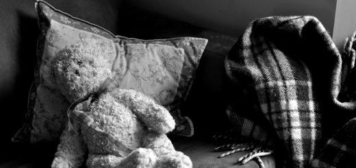 Плюшевый мишка на кровати, черно-белое фото