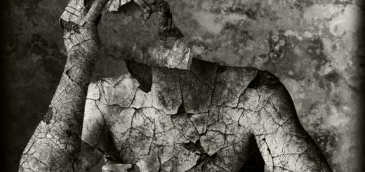 Осыпающийся человек, бумажный человек, черно-белая картинка