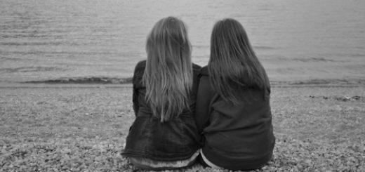 две подруги, дружба, черно-белая картинка