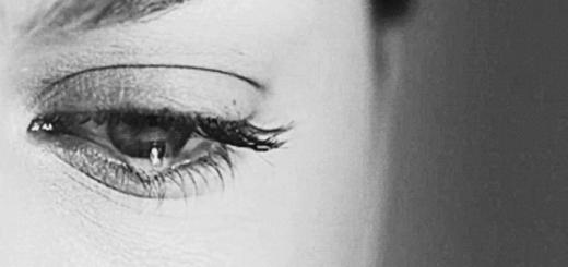 Плачущий человек, глаз и слеза, черно-белая картинка