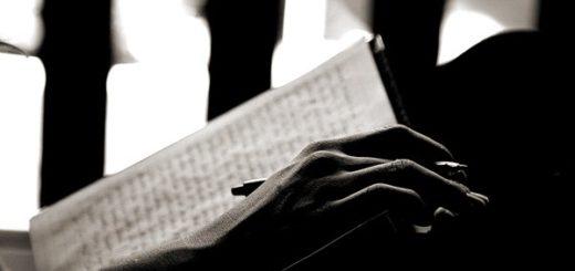 Книга, человек с книгой, письмо, черно-белое фото