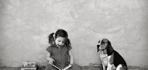 девочка с собакой и книгой, черно-белое фото