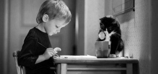 человек пишет, ребенок и кот, черно-белое фото