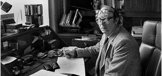 писатель в очках, черно-белое фото