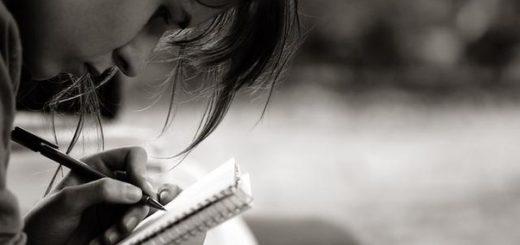 человек пишет, черно-белое фото