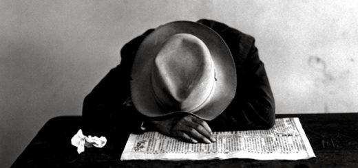 Мужчина в шляпе с газетой, черно-белое фото