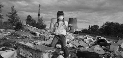 экологические проблемы, ребенок на руинах, черно-белое фото