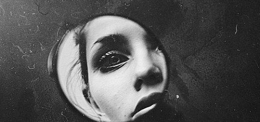 женщина в зеркале, черно-белое фото
