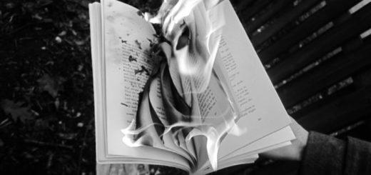 горящая в руках книга, сжигать книги, черно-белое фото