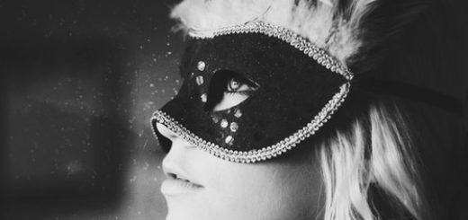 девушка в маске в профиль, черно-белое фото