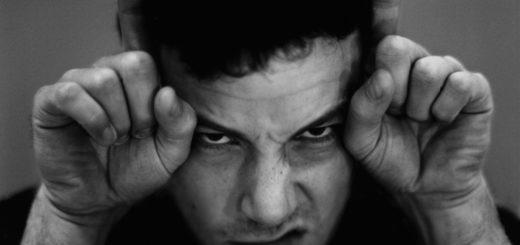 Бен Аффлек с рогами, черно-белое фото