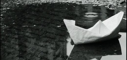 бумажный кораблик в луже, письмо, черно-белое фото