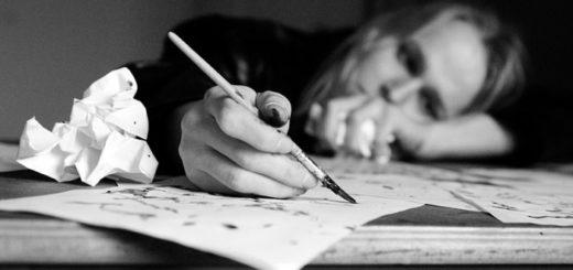 человек пишет, грустное фото, муки творчества, черно-белое изображение