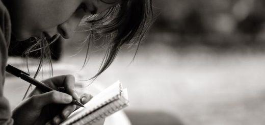 я пишу, человек пишет, блокнот, стихи, черно-белое фото