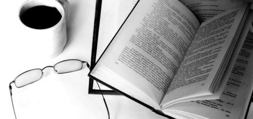 книги, кофе, очки, рабочий стол, черно-белое фото
