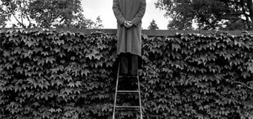 наблюдатель, шпион, человек на лестнице, черно-белое фото