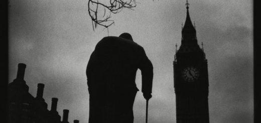 человек на фоне башни с часами