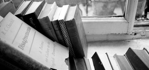 книги на подоконнике, черно-белое фото
