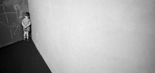 мальчик в углу, наказание, ошибки, черно-белое фото
