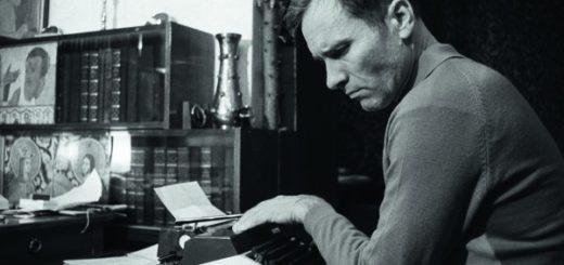 Василий Шукшин за работой, черно-белое фото