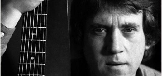 Высоцкий Владимир с гитарой, черно-белое фото